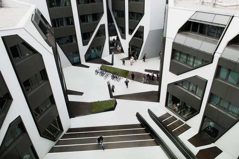 plaza con contraste arquitectonico