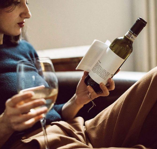 botella de vino con libro