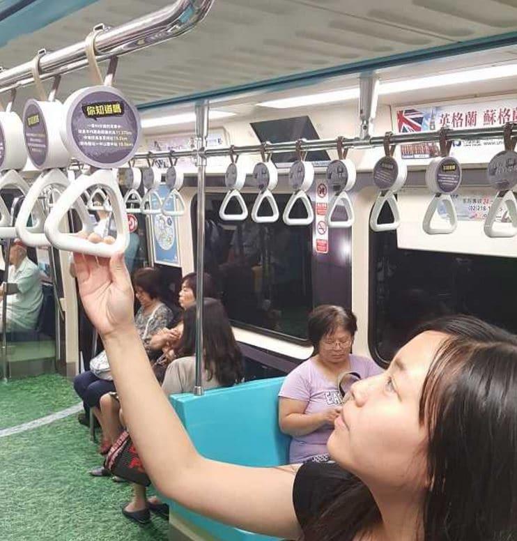 pasamanos en el metro