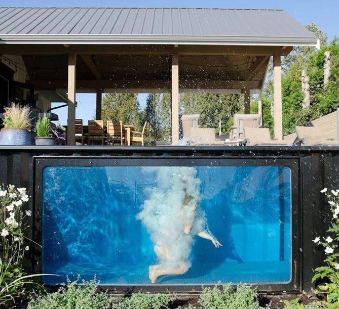 piscina con un contenedor marítimo