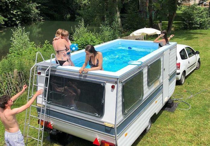 piscina con ruedas y móvil