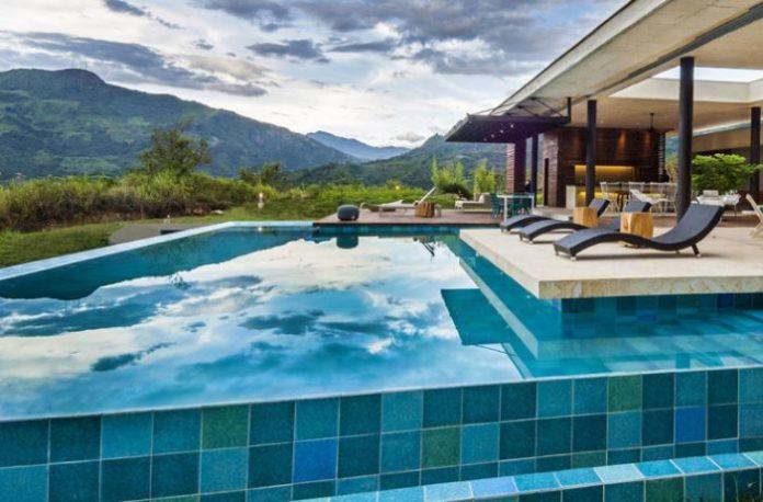 C mo mantener y limpiar piscinas 12 consejos tiles ovacen for Imagenes de casas pequenas con alberca