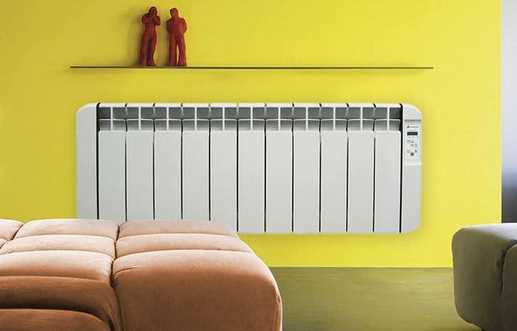 ¿Qué potencia deben tener mis radiadores eléctricos y cuál es la ubicación adecuada en mi apartamento?