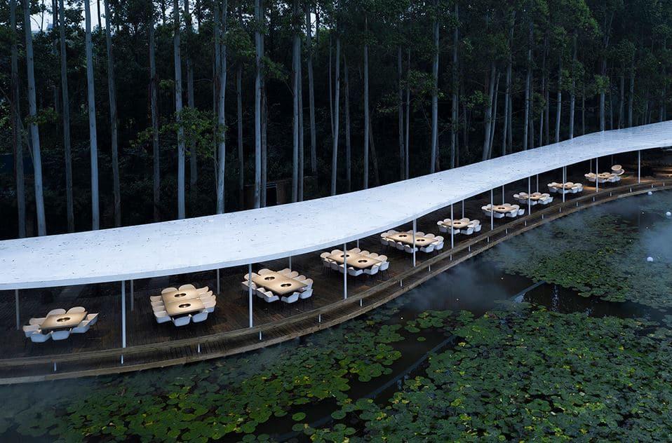 restaurante rodea lago