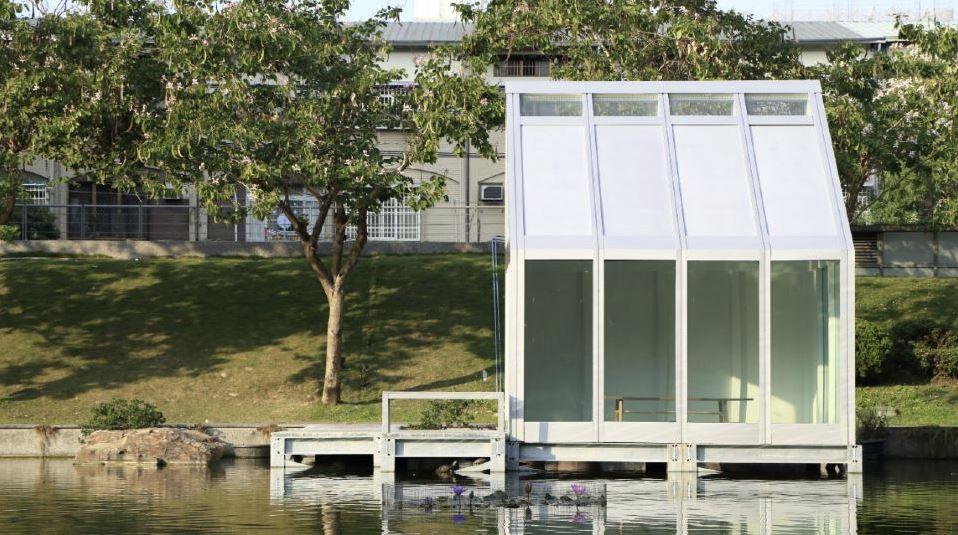 edificio con ventanas de agua en la carpintería
