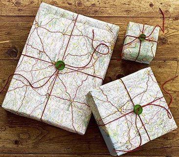 regalo empaquetado con mapas